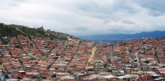 z/s cidade bolívar quebrada subúrbio periferia descida ladeira favela morro encosta serra bogotá colômbia duplex tijolo sem pintura acabamento rua terra