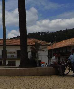 zipaquirá grande bogotá metrop centro colômbia casario colonial antigo velho praça céu nuvens azul